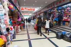 Interior del mercado chino ordinario de la ropa con la gente Fotografía de archivo libre de regalías