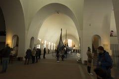 Interior del museo de la nave de vikingo Foto de archivo