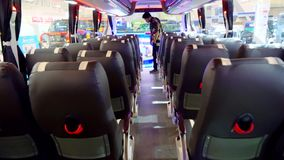 Interior del nuevo autobús moderno con los asientos de la comodidad