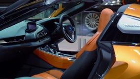 Interior del nuevo coche del automóvil descubierto de BMW i8 metrajes
