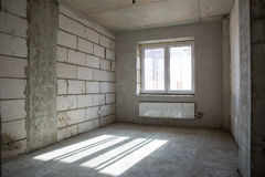 Interior del nuevo cuarto sin el acabado Imagenes de archivo