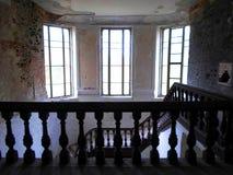 Interior del palacio abandonado en Bielorrusia Imagen de archivo