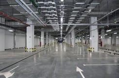 Interior del parking con el aparcamiento vacante imágenes de archivo libres de regalías