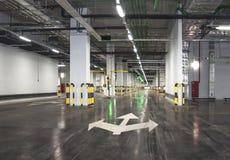 Interior del parking con el aparcamiento vacante fotografía de archivo