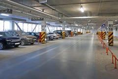 Interior del parking con el aparcamiento vacante fotos de archivo