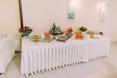 Interior del pasillo del partido Surtido de pasteles frescos en la tabla en comida fría del abastecimiento Fotos de archivo