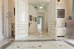 Interior del pasillo en chalet de lujo imagen de archivo libre de regalías