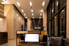 Interior del pasillo del hotel Pasillo brillante contemporáneo en el edificio de lujo moderno muebles de cuero Reflexión teñida d fotos de archivo libres de regalías