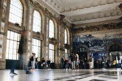 Interior del pasillo principal del sao Bento Railway Station en Oporto fotos de archivo