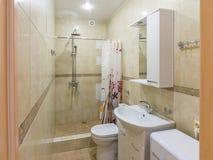 Interior del pequeño cuarto de baño combinado fotografía de archivo libre de regalías