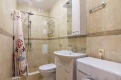 Interior del pequeño cuarto de baño combinado fotos de archivo libres de regalías