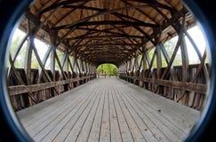 Interior del puente cubierto imagenes de archivo