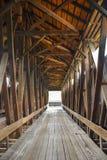 Interior del puente cubierto fotografía de archivo
