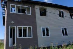 Interior del quemado por el apartamento del fuego en una construcción de viviendas Haces de madera quemados fotografía de archivo libre de regalías