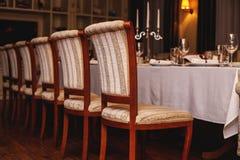 Interior del restaurante Ajuste acogedor de la tabla del restaurante foto de archivo