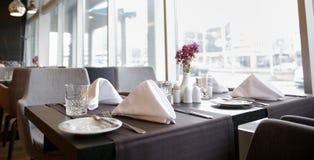 Interior del restaurante con las tablas y las sillas Fotos de archivo libres de regalías