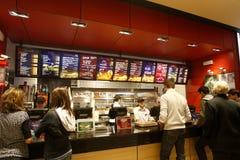 Interior del restaurante de los alimentos de preparación rápida Fotografía de archivo libre de regalías