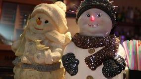 Interior del restaurante, decoración del restaurante, muñeco de nieve decorativo en la tabla, dos del ` s del Año Nuevo del ` s d metrajes