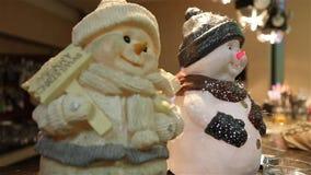 Interior del restaurante, decoración del restaurante, muñeco de nieve decorativo en la tabla, dos del ` s del Año Nuevo del ` s d almacen de metraje de vídeo