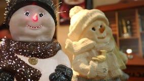 Interior del restaurante, decoración del restaurante, muñeco de nieve decorativo en la tabla, dos del ` s del Año Nuevo del ` s d almacen de video