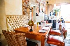 Interior del restaurante retro de los bistros en área de lujo foto de archivo