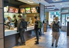 Interior del restaurante del ` s de McDonald en Bratislava, Eslovaquia Foto de archivo libre de regalías