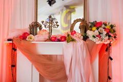 Interior del rosa con el espejo y las flores Imágenes de archivo libres de regalías