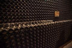 Interior del sótano con las botellas de botellas viejas de champán Fotos de archivo libres de regalías