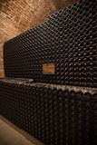 Interior del sótano con las botellas de botellas viejas de champán Fotos de archivo