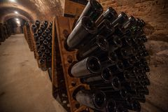 Interior del sótano con las botellas de botellas viejas de champán Fotografía de archivo