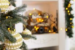 Interior del ` s del Año Nuevo con un árbol de navidad y las decoraciones Imagen de archivo libre de regalías
