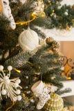 Interior del ` s del Año Nuevo con un árbol de navidad y las decoraciones Imágenes de archivo libres de regalías
