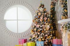 Interior del ` s de la Navidad y del Año Nuevo en colores elegantes con un árbol de navidad lujoso Fotografía de archivo libre de regalías