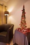 Interior del salón con la silla y el árbol de Navidad Imagenes de archivo