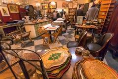 Interior del sitio del anticuario con los utensilios, los libros, los recuerdos y los muebles retros fotografía de archivo libre de regalías