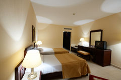 Interior del sitio con dos camas en hotel Imagen de archivo libre de regalías