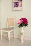 Interior del sitio con las flores y la silla Imagen de archivo libre de regalías