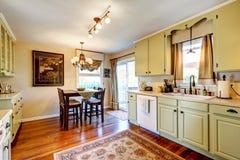 Interior del sitio de la cocina con comedor Imagen de archivo libre de regalías