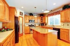 Interior del sitio de la cocina con la isla en casa de lujo Fotos de archivo