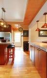 Interior del sitio de la cocina con la vista de la puerta de entrada Fotos de archivo