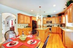 Interior del sitio de la cocina en casa de lujo Fotos de archivo