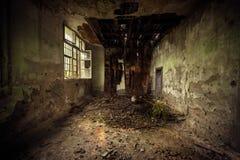 Interior del sitio oscuro con el tejado dañado Fotografía de archivo libre de regalías