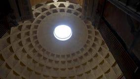 Interior interior del templo con la ventana redonda y la luz brillante que pasa a través de ella, concepto de la bóveda de la arq almacen de video