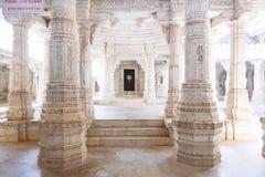Interior del templo de Ranakpur en Rajasthán, la India Foto de archivo libre de regalías