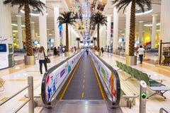 Interior del terminal 3 en el aeropuerto de Dubai International Foto de archivo