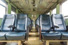 Interior del tren ferroviario con estilo del vintage de los asientos Fotografía de archivo libre de regalías