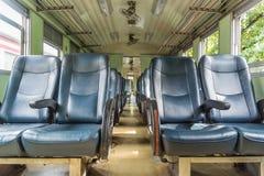 Interior del tren ferroviario con estilo del vintage de los asientos Imagenes de archivo