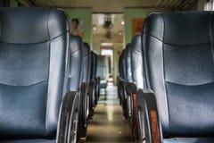 Interior del tren ferroviario con estilo del vintage de los asientos Fotografía de archivo
