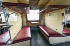 Interior del tren del vintage con los asientos del coche- Fotos de archivo