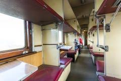 Interior del tren del vintage con los asientos del coche- Imagenes de archivo
